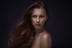 Stående av den härliga kvinnan med idérik makeup Arkivbild