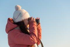 Stående av den härliga kvinnan med kameran på vintersnödag Arkivfoto