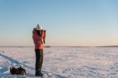 Stående av den härliga kvinnan med kameran på vintersnödag Arkivbild