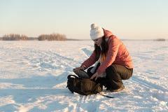 Stående av den härliga kvinnan med kameran på vintersnödag Arkivfoton