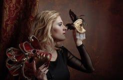 Stående av den härliga kvinnan med karnevalmaskeringar Arkivfoto
