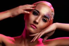 Stående av den härliga kvinnan med konstnärlig makeup Royaltyfri Bild