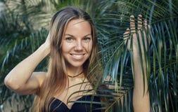 Stående av den härliga kvinnan med palmblad royaltyfria foton