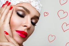 Stående av den härliga kvinnan med den perfekta framsidan och det sinnliga sminket med röda kanter Arkivfoton