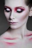 Stående av den härliga kvinnan med rosa smink arkivfoton