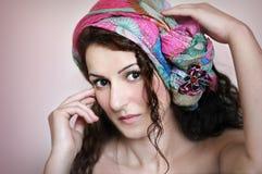 Stående av den härliga kvinnan med sjaletten Arkivbilder