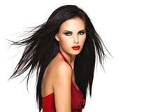 Stående av den härliga kvinnan med svarta hår och röda kanter Royaltyfri Fotografi