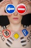 Stående av den härliga kvinnan med trafiktecken Royaltyfri Bild
