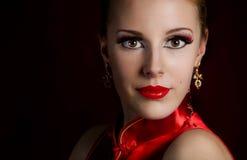 Stående av den härliga kvinnan med vit makeup Arkivfoton