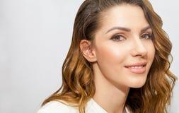 Stående av den härliga kvinnan, slut upp studio på vit bakgrund Begrepp för hudomsorg Royaltyfri Bild