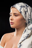 Stående av den härliga kvinnan som bär en sjalett royaltyfri foto