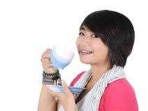 Stående av den härliga kvinnan som dricker te Fotografering för Bildbyråer