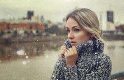Stående av den härliga kvinnan som fryser snödag fotografering för bildbyråer