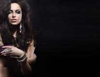 Stående av den härliga kvinnan som ha på sig smycken Royaltyfri Fotografi