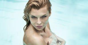 Stående av den härliga kvinnan under dusch Arkivbilder