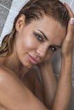 Stående av den härliga kvinnan under dusch Royaltyfria Bilder