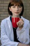 Stående av den härliga kvinnliga doktorn som ser kameran arkivfoton
