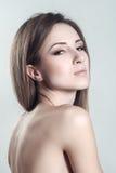 Stående av den härliga kvinnliga modellen med skönhetrengöringframsidan royaltyfri fotografi