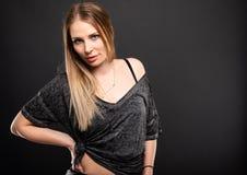 Stående av den härliga kvinnliga modellen som poserar att se sexigt royaltyfria bilder