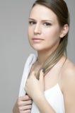 Stående av den härliga kvinnligmodellen på grå backgro Arkivfoto