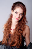 Stående av den härliga ladyen med långt rött lockigt hår Royaltyfri Foto