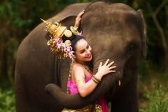 Stående av den härliga lantliga thai thai klänningen för kvinnakläder Royaltyfria Foton