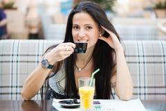 Stående av den härliga latinska kvinnan som dricker kaffe Royaltyfri Foto