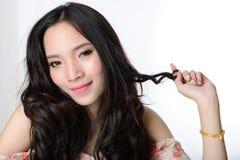 Stående av den härliga le sunda asiatiska långa hårkvinnan Arkivfoto