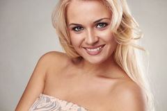 Skönhet som ler den blonda kvinnan Royaltyfri Bild