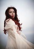 Stående av den härliga ledsna unga kvinnan i den vita klänningen Royaltyfri Bild