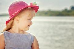 Stående av den härliga lilla blonda flickan i hatt Royaltyfri Bild