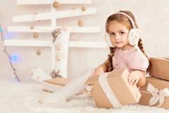 Stående av den härliga lilla flickan i öronskydd Fotografering för Bildbyråer