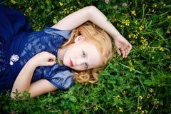 Stående av den härliga lilla flickan i den blåa klänningen arkivbilder