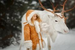 Stående av den härliga lilla flickan i pälslag på vinterskogen fotografering för bildbyråer