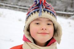 Stående av den härliga lilla flickan i vintern arkivfoton