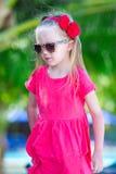 Stående av den härliga lilla flickan som är utomhus- på Arkivfoton