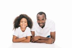stående av den härliga lyckliga lyckliga den afrikansk amerikanfadern och dottern som ler på kameran Royaltyfri Fotografi