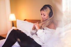 Stående av den härliga lyckliga flickan med hörlurar som lyssnar till popmusik Royaltyfria Foton