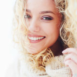 Stående av den härliga lyckliga kvinnan med lockigt hår och förtjusande leende royaltyfri fotografi