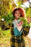 Stående av den härliga mörkhyade flickan med rött hår och guld- kanter royaltyfri fotografi
