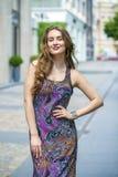 Stående av den härliga modellkvinnan i lång färgklänning arkivfoto
