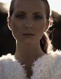 Stående av den härliga modemodellen på solnedgången Royaltyfri Foto
