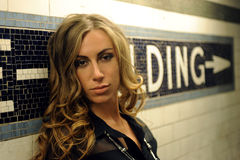 Stående av den härliga modemodellen som framme poserar av väggbakgrund royaltyfri fotografi