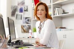 Stående av den härliga moderna affärskvinnan Fotografering för Bildbyråer