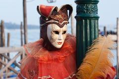 Stående av den härliga och försiktiga karnevalmaskeringen i venice Royaltyfria Bilder