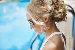 Stående av den härliga och trendiga blonda modellflickan, i solglasögon och bikini Royaltyfria Bilder