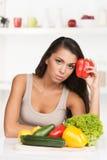 Stående av den härliga olyckliga kvinnan i kök Arkivfoto