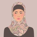 Stående av den härliga orientaliska flickan för muslim i mönstrad hijab Arkivfoton