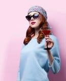 Stående av den härliga rödhårig manflickan med drinken Royaltyfri Fotografi