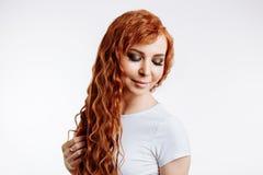 Stående av den härliga rödhårig manflickan med långt hår arkivfoto